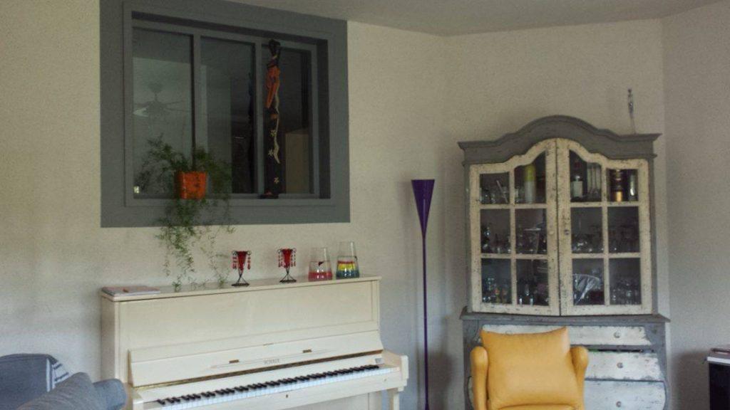 Fabrication à l'atelier verrière bois peint Vue d'Ensemble - côté salon de la verrière lasurée